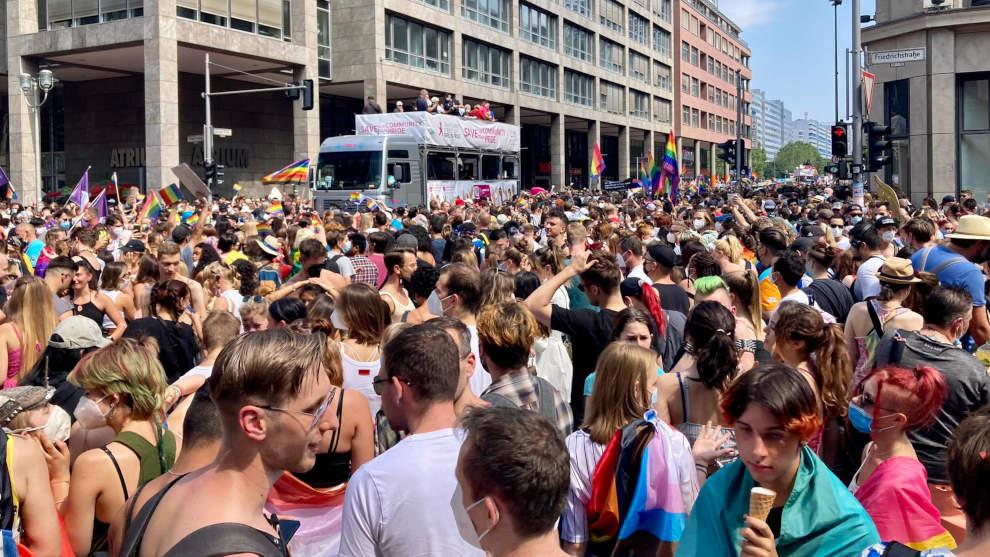 Keine Masken, keine Abstände: Regenbogen-Sekte feiert mit 65.000 Anhängern in Berlin